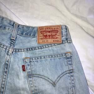Ljusblå asfina Levis shorts. Klippte av ett par jeans för att de skulle bli shorts. Stl 28 och low/midwaisted. De har inga defekter!💛