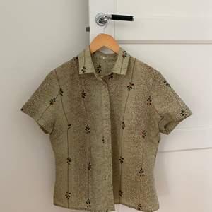Gullig kort skjorta med mistelmönster. Säljer nu för använder inte så mycket.