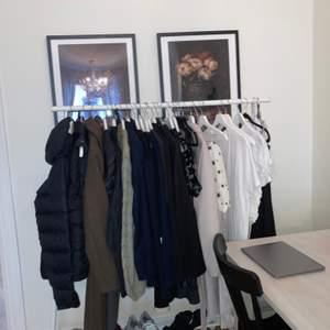 Har så mycket fina kläder som jag inte använder, allting är i fint skick, ((lite av det. På bilden-allt är inte till salu på hängaren))hänger här och behöver ett nytt hem🤍🤍  passa på att fynda fina saker! Vissa saker har till och med prislappar kvar- älskar kläder- det är därför jag har för mycket🤍🤍🤎🤎kramis