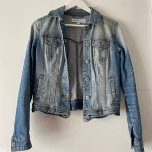 Säljer denna skitsnygga jeansjacka ifrån Esprit. Kommer ej till användning längre. Köparen står för frakt. 💞