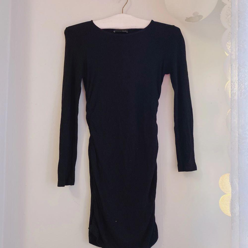 säljer en svart zara klänning som jag inte använt sedan typ högstadiet, men är i väldigt fint skick och sitter som en smäck! 🖤  frakt tillkommmer! kontakta vid frågor! 💌 . Klänningar.