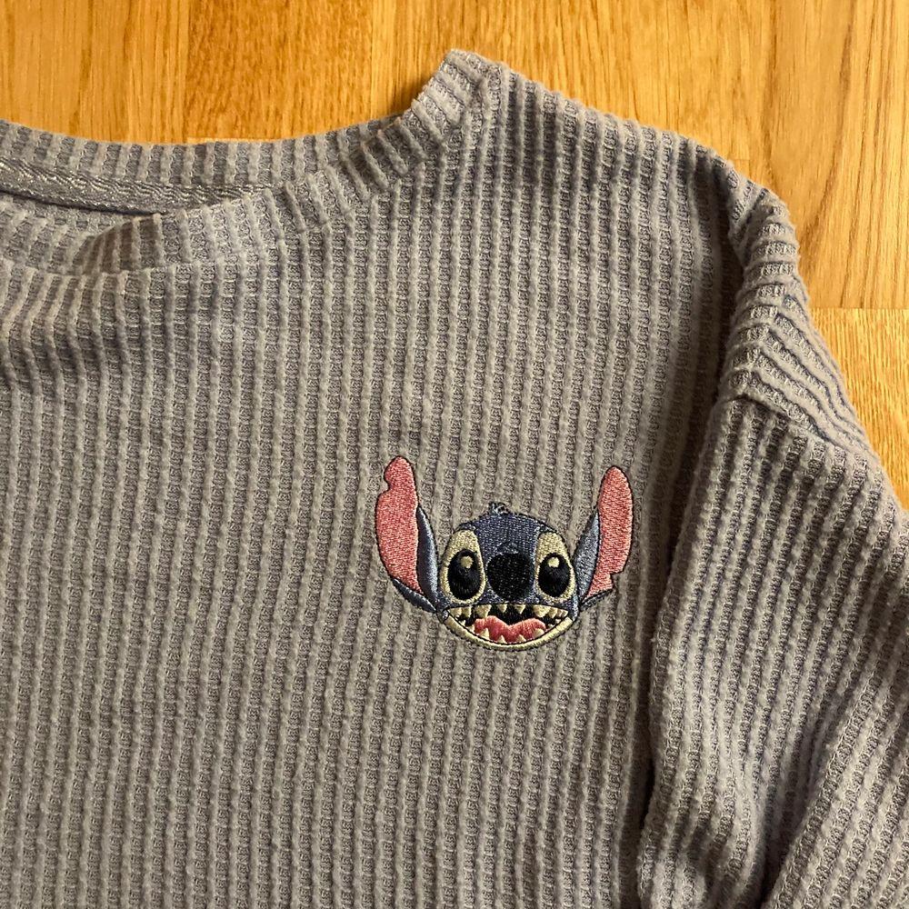 Supersöt tröja med Stich på. Kommer från Disney store. Kort till modellen. Mer som en M.. T-shirts.