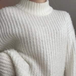 Säljer min jätte fina stickade tröja från H&M! Har ej kommit så mycket till användning och därför säljer jag den. Tröjan är i storlek M men passar mig som brukar ha S. Skriv om du är intresserad eller har frågor! Budet börjar på 150kr + frakt