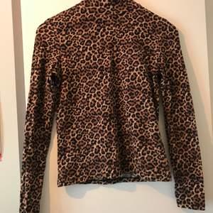 Leopard tröja i mjukt material och hög krage från Monki, oanvänd