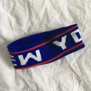 Ett hårband / pannband där det står New York på🌸 Köparen står för frakten💗
