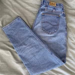 Älskar dessa vintage jeans som verkligen har den perfekta loose looken. De är högmidjade och midjan är 80 cm. Om du har några frågor eller vill se flera bilder är det bara att säga till 😊 #vintage