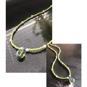 Säljer detta favorit halsband med gröna pärlor. Handgjort, kan göra fler i andra färger om det finns önskemål!💫 (Kan mötas upp i Sthlm), frakt tillkommer på 12kr.