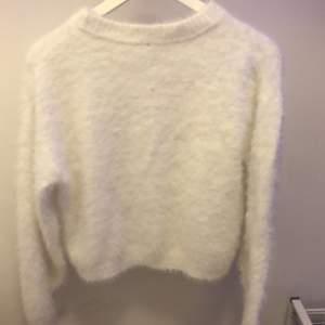 Jätteskön! vit sweather passar bra för vintern går det passar med vad som helst Disclaimer! jag säljer den här för att den passar inte mig lengre