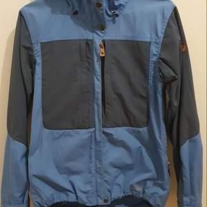 Jacka från Fjällräven keb collectionen. G1000 material som.tål vatten samt vindtålig. Jackan är ca 1,5år gammal och denna färg går ej köpa längre! köpare står för frakt