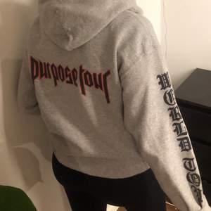 Jättesnygghoodie från Justins Purpose Tour!! Köpt i en affär i Kanada. Jätteskönt material, endast använd en gång!! Står world tour på armarna och purpose tour på ryggen🤍 Köpare står för frakt på 66 kr!
