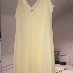 Pastel gult linne/klänning som verkligen är såå fin men använder den inte längre 💕 skriv om du har någon fråga! Fraktar helst.