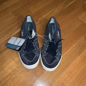 Oanvända skor, frakt tillkommer
