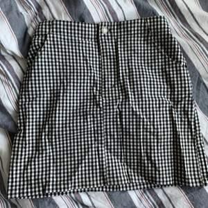 Snygg kjol ifrån hollister. Den är stretchig då den har ett resårband i bak. Den har också två fickor på sidorna u fram. Finns också ett matchande linne som jag säljer, då det egentligen är ett sett💕