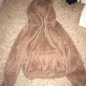 Lurvig brun/beig hoodie i storlek xs, använd max 3-4 gånger, köparen står för frakten!