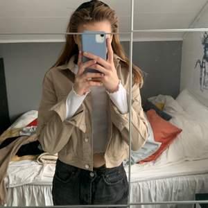 Söt kort jeans jacka från H&M, använd max 3 ggr, frakt tillkommer💕💕 Storlek 42 men sitter mer som Xs/S