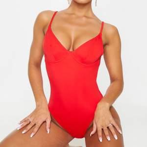 Superfin röd baddräkt från PrettyLittleThing i strl UK8, vilket är en strl S. Endast använd en gång som en utklädnad. Kontakta mig för fler bilder eller allmänna frågor.