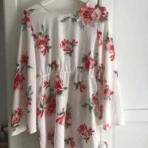 Säljer denna fina somriga kimono klänning! Den här öppen rygg och är sydd av väldigt luftigt material. Jag köpte en storlek som va för stor för mig så den har aldrig kommit till användning☺️