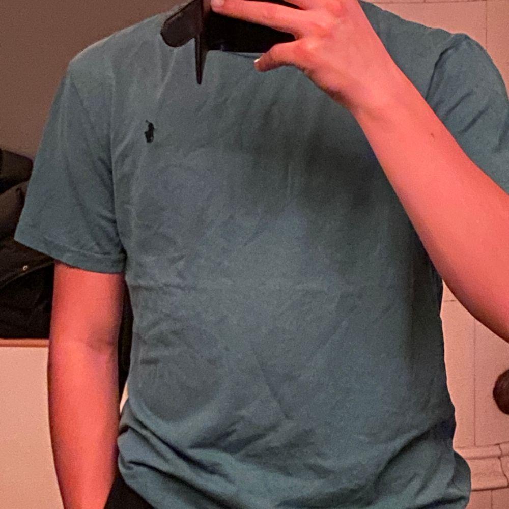 En ljusblå Polo Ralph Lauren T-shirt utan tryck i storlek S. Denna t-shirt köpte jag i Miami för 2 år sedan. Tröjan är också i väldigt bra skick.                           🔺Välj en till t-shirt från min profil så får du fler t-shirts för samma frakt! . T-shirts.