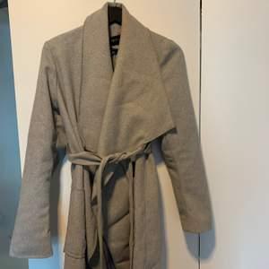 Grå kappa som är perfekt nu till våren, lite tjockare material, säljer då jag tröttnat på den.