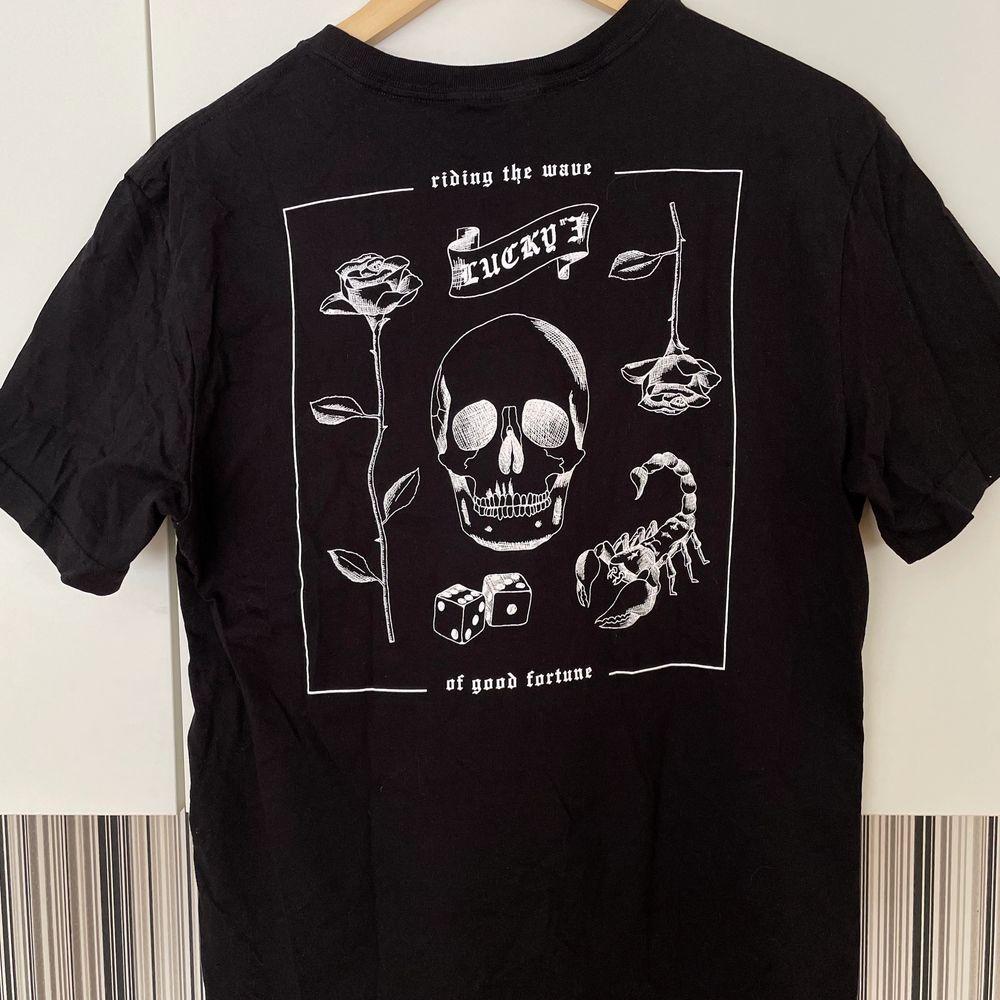 """Jätte cool svart t-shirt med vitt tryck på baksidan och liten text på framsidan, där det står """"lucky""""😛 Köpt på H&M och bara använd en gång så super skick, finns heller ej att köpa längre! Den är i storlek S, men skulle säga att den är lite oversized på S och sitter bra på M också☺️ Kontakta vid frågor, fler bilder eller om du vill köpa! Köparen står för frakten!. T-shirts."""