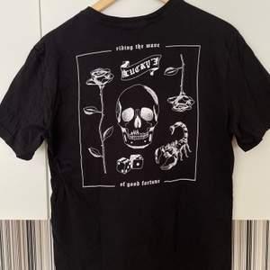 """Jätte cool svart t-shirt med vitt tryck på baksidan och liten text på framsidan, där det står """"lucky""""😛 Köpt på H&M och bara använd en gång så super skick, finns heller ej att köpa längre! Den är i storlek S, men skulle säga att den är lite oversized på S och sitter bra på M också☺️ Kontakta vid frågor, fler bilder eller om du vill köpa! Köparen står för frakten!"""