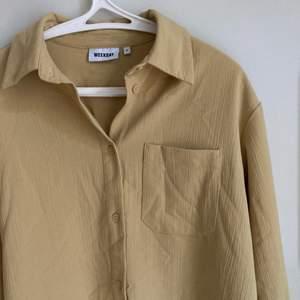 Superfin oversized skjorta från weekday med struktur i senapsgul. Storlek XS men är oversize också på S