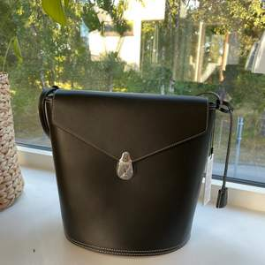 """En väska från Calvin Klein """"Lock Bucket"""". Helt ny, oanvänd. Nypris 3200 kr. Pris kan diskuteras vid snabbaffär✨"""