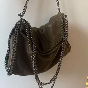 Säljer denna sjukt snygga Stella mcartney likande väskan!! Ser precis ut som en äkta med skimret och modellen!! Köpte här på Plick för 450 men säljer för 400+frakt för använt den lite! Storleken är som den äkta modellen mini❣️❣️ Buda från 300 i kommentarerna💓💓 Kan också tänka mig att byta mot nån väska 💞