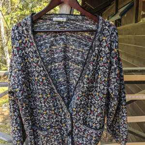 Really nice oversized style cardigan. There is a button missing bit the other 3 are there. I often wore it open so the button missing didn't bother me. Has been worn so some signs of slight bobbling however no holes etc and has been well looked after. Any questions just ask 🙂👍