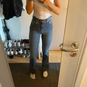 Jag säljer dessa blåa bootcut jeans som mestadels legat i garderoben, dom har inte riktigt kommit till användning. Dom är superfina och i otroligt fint skick! Är lite osäker men ganska säker på att dom kommer från lindex! Fraktalternativ kan diskuteras