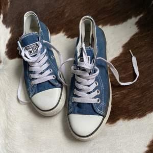Låga Converse i jeans färgat material 💙.             Storlek 39💙.    Startpris 130kr, Buda med minst 10kr varje gång ✨Köpare står för frakten 💙