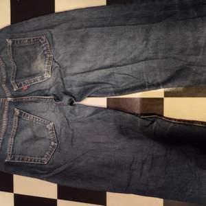 Ett par Levis jeans. Mått 100 cm midja 114 cm från linningen o ner. 81 cm från grenen o ner. 18 cm Vidd nedtill.