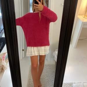 säljer denna fina mjuka oversized tröja eftersom att den inte kommer till användning. Använd endast 1 gång. Strl XS men skulle nog säga att den är i M🌼🌼frakt kostar 72kr och be gärna om fler bilder! Tröjan luktar inte illa inga hål inga fläckar osv