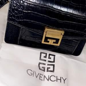 En jätte fin svart givenchy väska med en dustbag, den kommer tyvärr inte till användning för har många andra väskor. Det är en kopia med topp kvalitet, man märker inte att det är en kopia. Skickas spårbart eller hämtas i Malmö :)