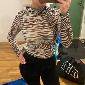 Zebra topp från Gina Tricot, strl XS. Aldrig använd. Är genomskinlig (vilket är meningen).