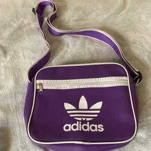 Snygg lila vintage adidasväska med justerbart band!