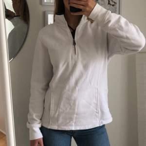 Trendig tröja från 90-talet. Säljer då jag inte använder den. Buda i kommentarerna