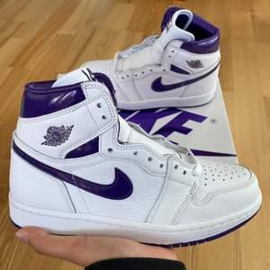Säljer dessa sååå fina och trendiga Jordan 1 High OG Metallic Purple. Helt DS, inte ens prövade. Lila och vita snören, låda medföljer. Passar verkligen till allt! Så trendiga, och perfekta nu till hösten! Skriv för frågor eller fler bilder!💜💜