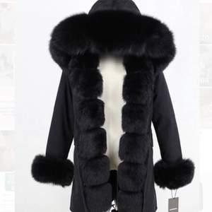 Knappt använd vinterjacka köpt från butik garoff. Säljes pga för liten, storlek S(34) men kan gå på någon som är mellan S/M (34-36)