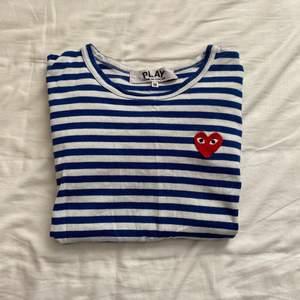 långärmad tröja från comme des garçons play, liten i storleken så M passar mig som har S. ‼️Gratis frakt‼️