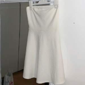 Säljer min fina klänning som är utan ärmar. Perfekt till student, annat firande eller sommar!! ❤️ Jättefint skick!