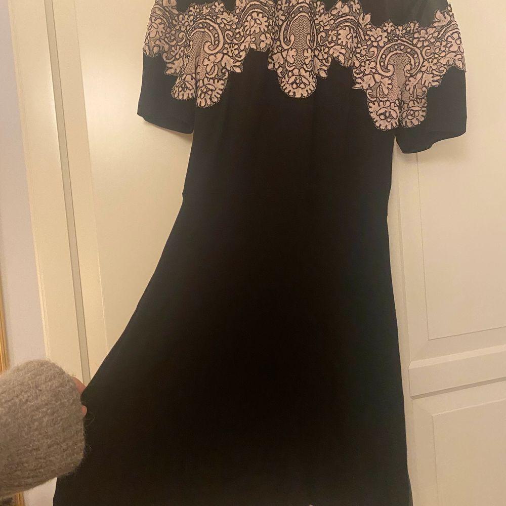 Så himla fin sandro klänning som börjar bli lite för liten för mig. Använd väldigt få gånger!. Klänningar.