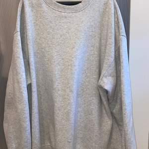 Grå oversize sweatshirt från Asos. Frakt är inräknat i priset😁