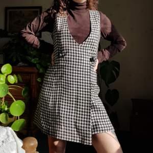 Retro klänning med mönster i houndstooth. 🦋🦋💎 Passar M och mindre M/L bäst. Som en 38/40. I superfint skick. Först till kvarn! 💫+frakt 66kr
