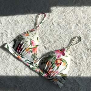 Säljer denna bikiniöverdel köpt från H&M. Den är i ett bra skick då jag köpte den i slutet av sommaren och därav inte använt alls mycket💖Storlek - 36 (small) & frakt tillkommer på 22kr📦