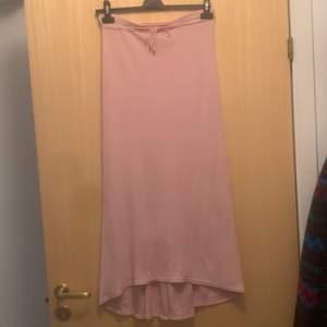 Säljer en lång rosa kjol, tyget är lite tungt så det blir fin passform och hänger fint ner. Väldigt töjbart tyg. Strl är onesize, från S till XL typ. (Dåligkamera, drf är det lite prickar o suddigt)