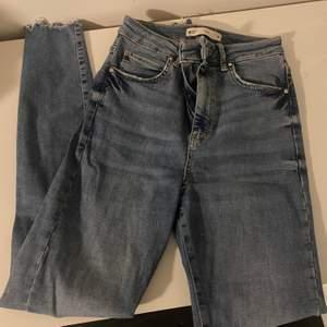 Högmidjade jeans från gina tricot. Passar mig som är 168 cm lång. De är använda nån enstaka gång.