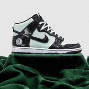 Helt nya & oanvända Nike Dunk High All Star 2021 i  storlek 40. Kvitto finns! Skickas dubbelboxat & med spårbar frakt som köparen står för. Kika in @LocalJords på instagram för fler limiterade Jordans! Finns 3 par inne i strl 40!