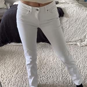 Säljer dessa nästan helt oanvända raka jeans från Tommy Hilfiger. Super fin modell och ganska lågmidjade💕 Längd:32 midja:26