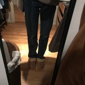 Raka mörkblå jeans från Zara i modellen straight leg. Avklippta nertill så fransiga. Storlek 36 och midrise i midjan. Nästintill oanvända! Jättefina och bra skick!